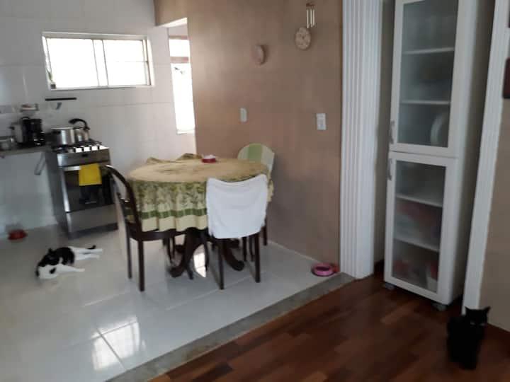 Quarto em Apartamento próximo Metrô