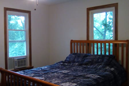 Spacious & cozy queen BR, minutes from Forest Park - St. Louis