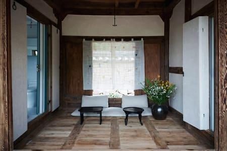200yr-old Traditional Korean House (Hanok Resort) - Minsokchon-gil, Andong-si