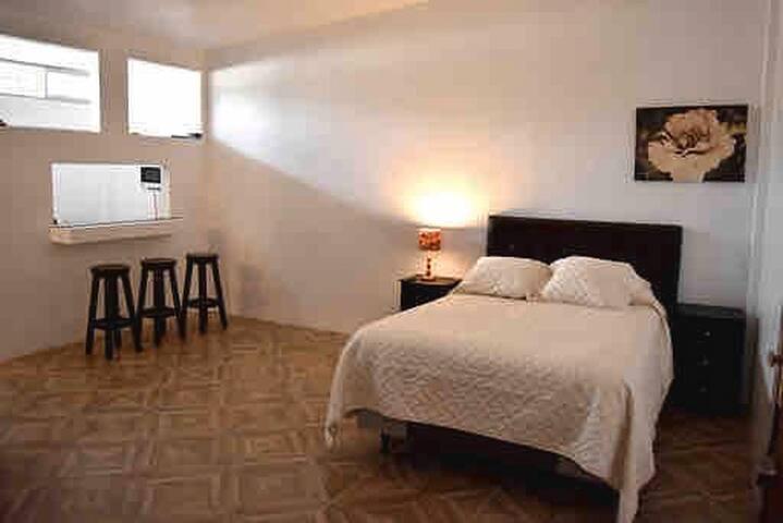 AAA suite Quito cocina y baño privado wifi cómoda