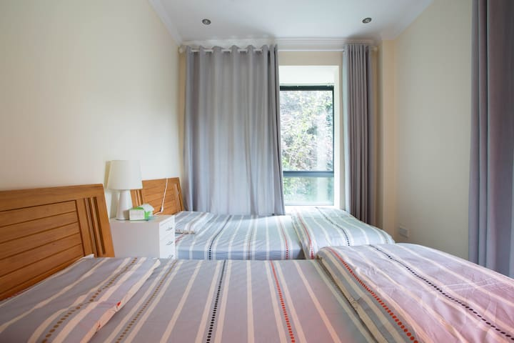 这是我们一楼的卧室,两张1米2的单人床,床上用品同样是采用的亲肤用品。