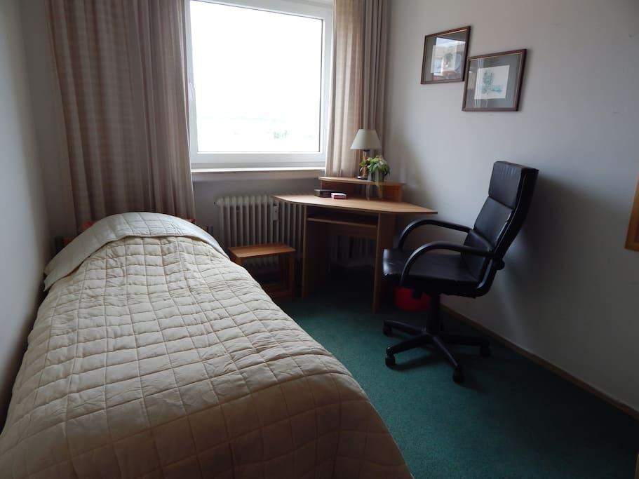 Schlafzimmer mit Einzelbett mit tollen Weitblick