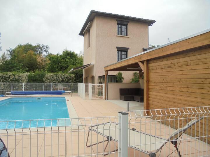 Près de Villefranche-sur-Saône gite avec piscine