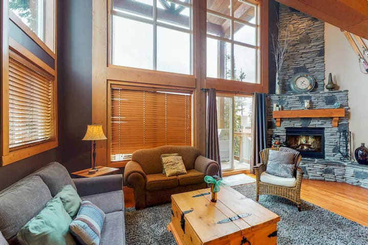 Lovely home w/ 3 Bedrooms + Loft + 2 Baths + Private Hot Tub