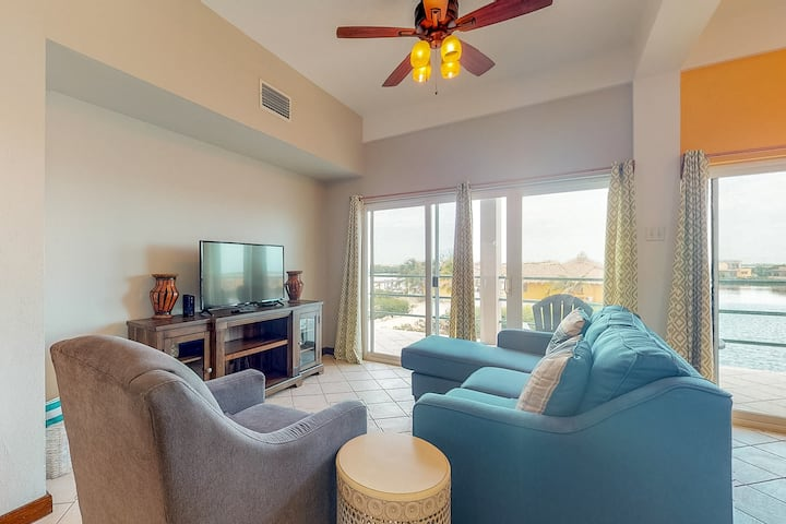 Fabulous condo w/ lagoon view, WiFi, central AC, shared pool & central location!