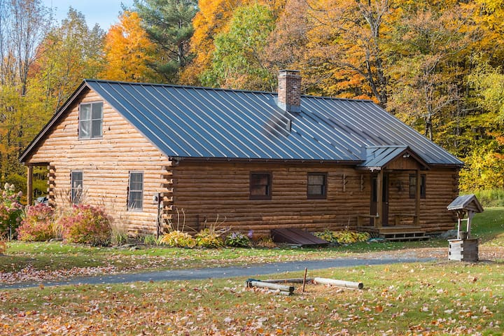 Log Cabin on 10 acres - 15 min Mt Snow - Sleeps 12