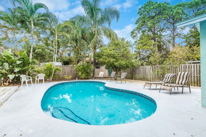 Rialto Mansion, Private Heated Pool, 6 Bedrooms, Pet Friendly, Sleeps 14