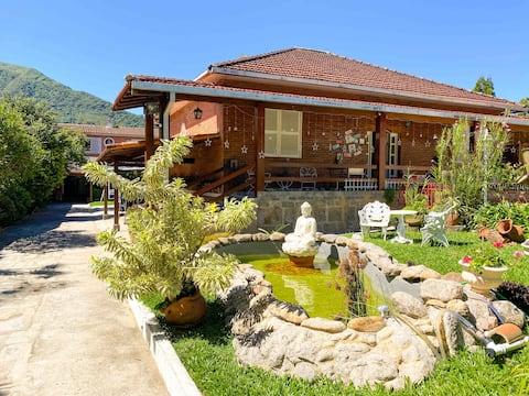 Casa com piscina hidromassagem ao lado da feirinha