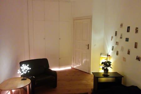 Walk to Warschauer Str. sunny room