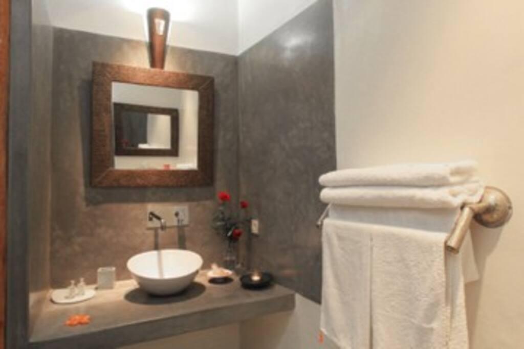 SUITE MENARA: baño privado (con ducha)