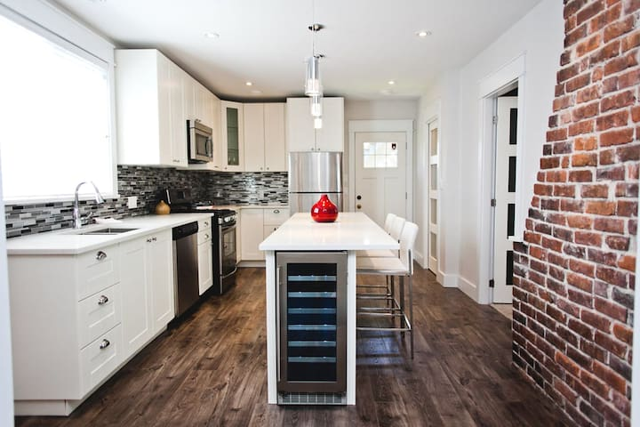 Home  in Trendy Mount Pleasant mins to downtown