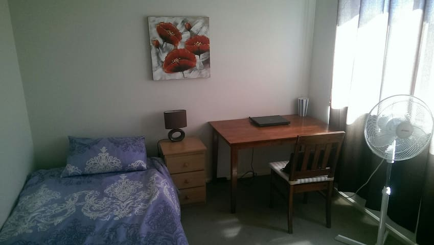Room with King Single Bed and desk - Tarneit - Hus