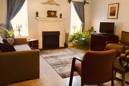 Deluxe Apt & Woods 1 mile From Square Very Private