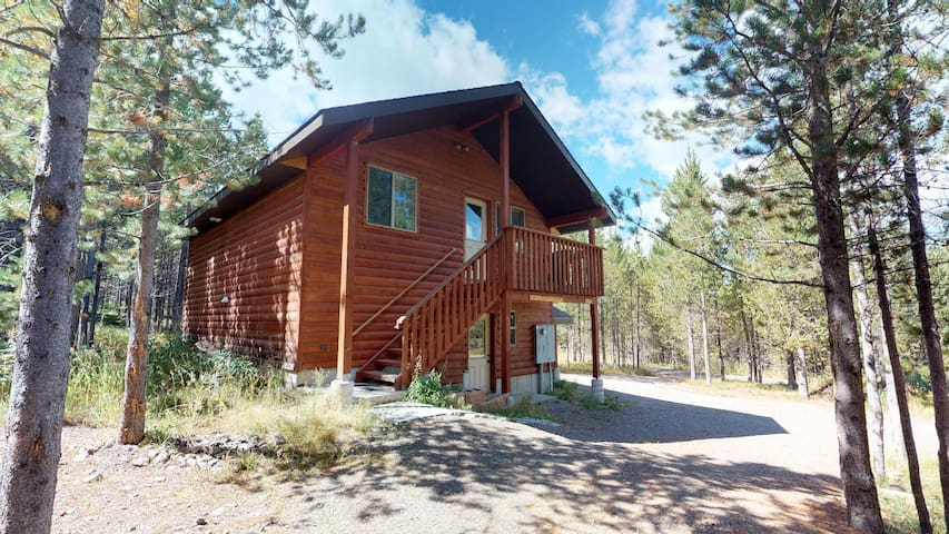 HUCKLEBERRY ESCAPE⭐️QUIET WOODED LOT 20MIN TO YELLOWSTONE TV W/ DVD PLAYER