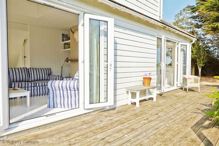 The Tides, sleeps 8+4 An absolutely stunning seaside home, just minutes from the sea with a lovely airy feel and fabulous views directly to the beach.