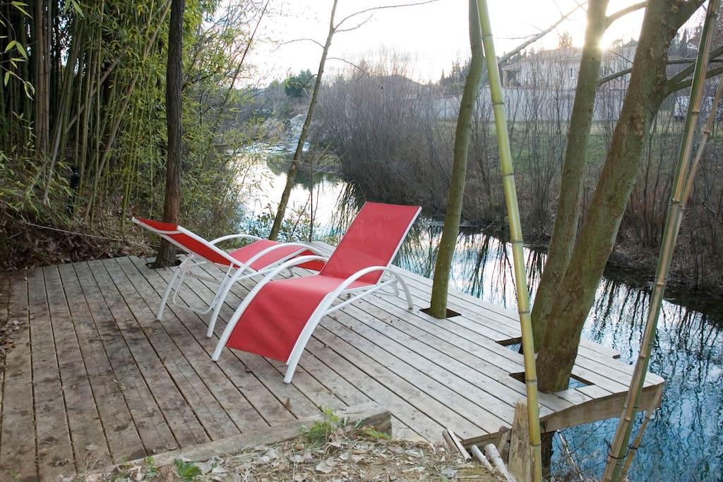 Vous pouvez vous reposer sur le charmant le ponton construit au dessus de la rivière en contrebas du terrain
