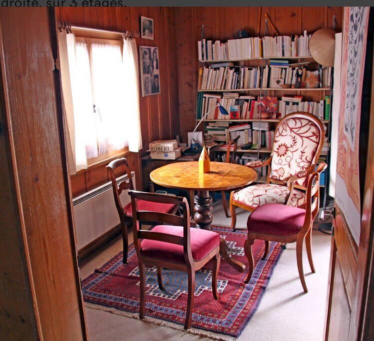 Au premier étage,  un salon-bibliothèque (en plusieurs langues...) cosy.
