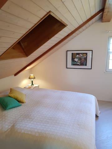 Schlafzimmr mit Galerie und  Schreibtisch
