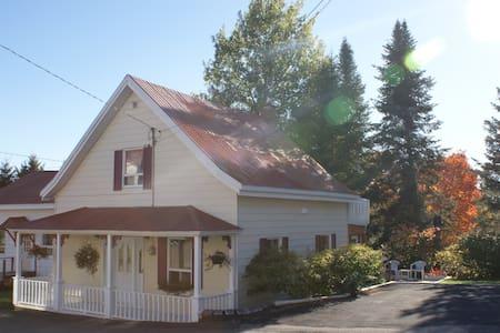 Maison authentique au coeur des Laurentides - Sainte-Marguerite-du-Lac-Masson - Casa