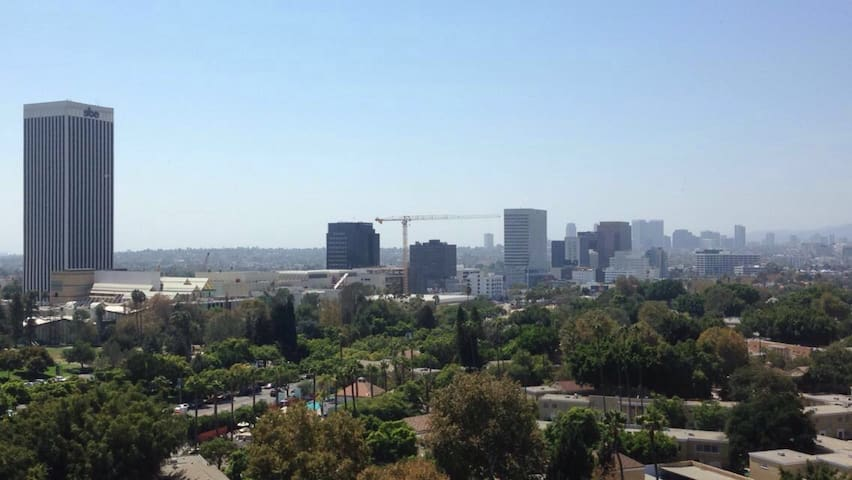 PRIVATE BEDROOM + BATH + PARKING near LACMA, Grove - Los Angeles - Apartamento