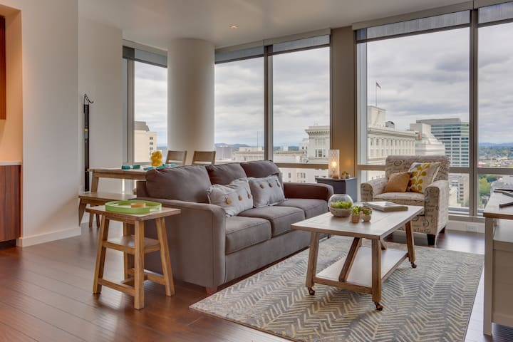 Upscale, dog-friendly condo at Park Avenue West w/ great views & new furnishings