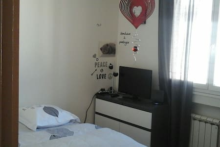 Chambre  confortable avec grand lit