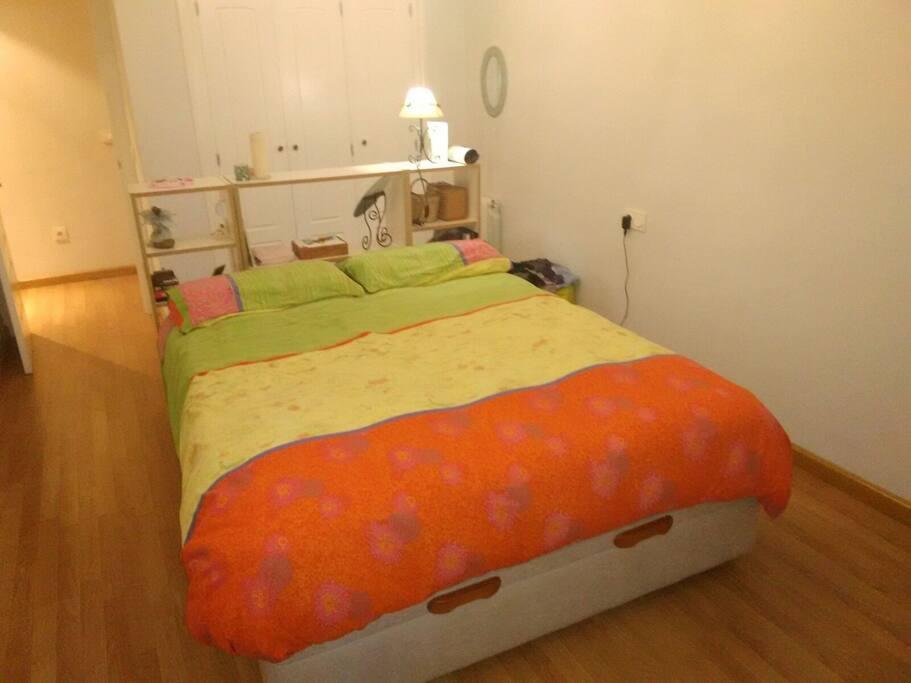 Dormitorio principal. 12 m2. Cama 150 cm. Armario empotrado. Gran ventana.