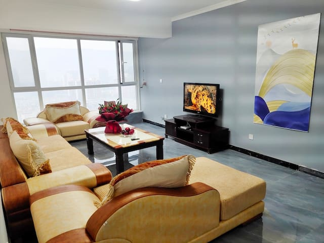 欧式风情三居四床公寓  地暖电梯