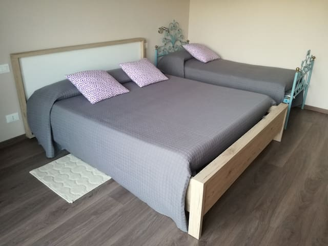 la camera padronale con il letto singolo dell'appartamento