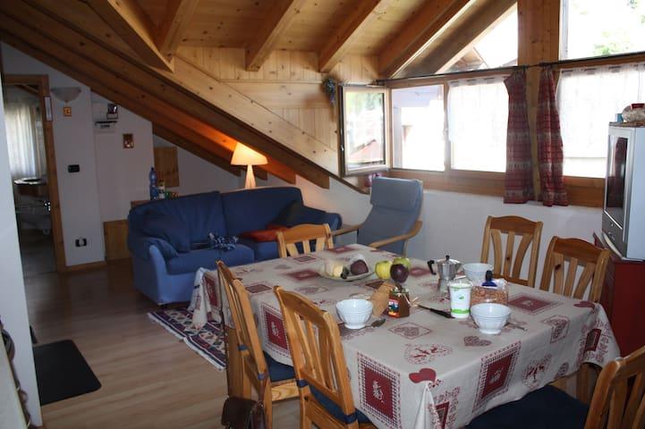 bormio, magnifica mansarda soleggiata e luminosa - Bormio - Apartamento
