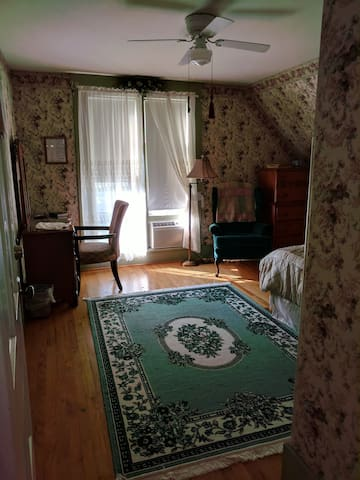 Huddlestone's Hideaway B&B The Tulip Room
