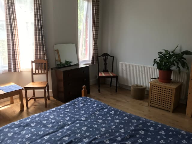 Spacious double room, 35min from Central London