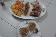 poulet avec un chutney de mangues fait maison riz avec un confit d'oignons légumes cuits à la vapeur