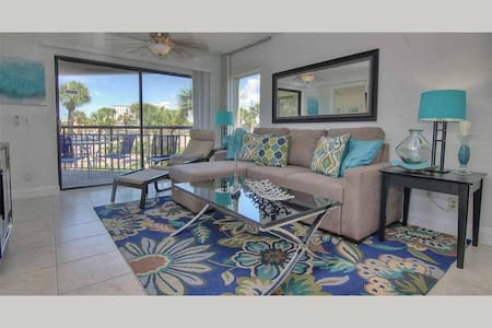 GSR208 - Modern and Airy Beachside Condo in Award Winning St Pete Beach - St. Pete Beach - Kondominium