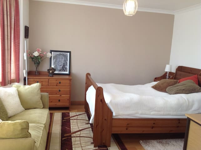 Large bedroom with en-suite in quiet neighbourhood