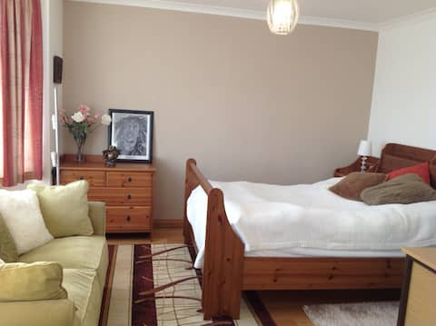 Large bedroom with en-suite in quiet neighbourhood
