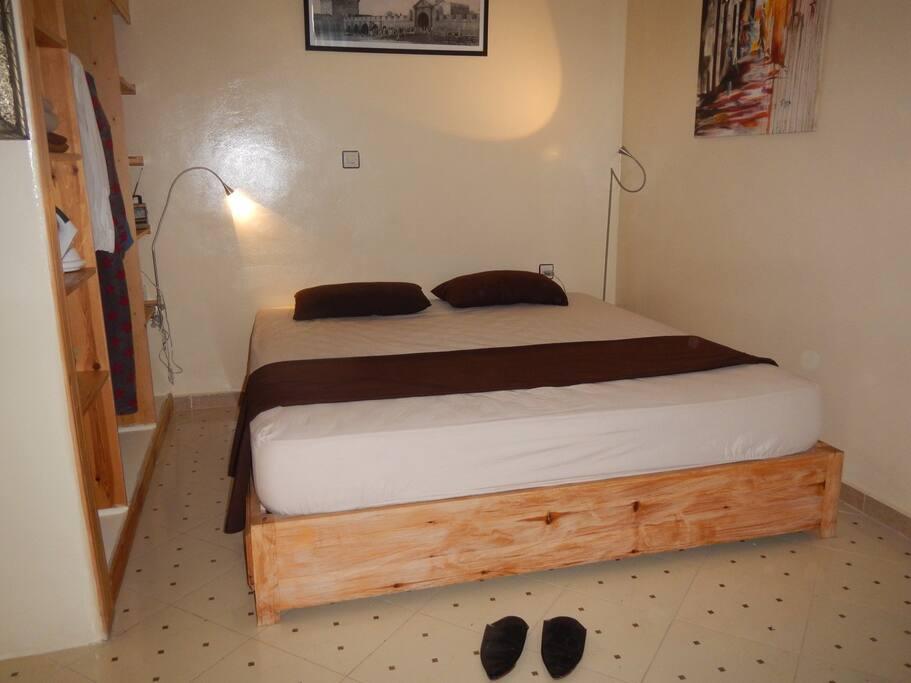 La chambre avec un grand lit double