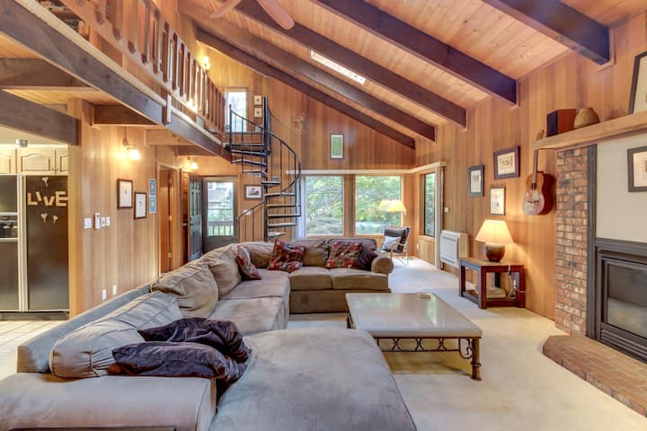 Spacious Mt. Hood lodge with private backyard hot tub and shared pool & sauna!