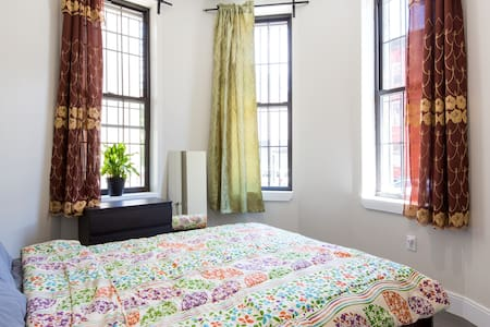 HEART OF BROOKLYN, QUEEN BED, 1 BLOCK FROM SUBWAY!