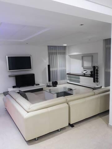 Somptieux Appartement Meublé de 3 Chambres Salon