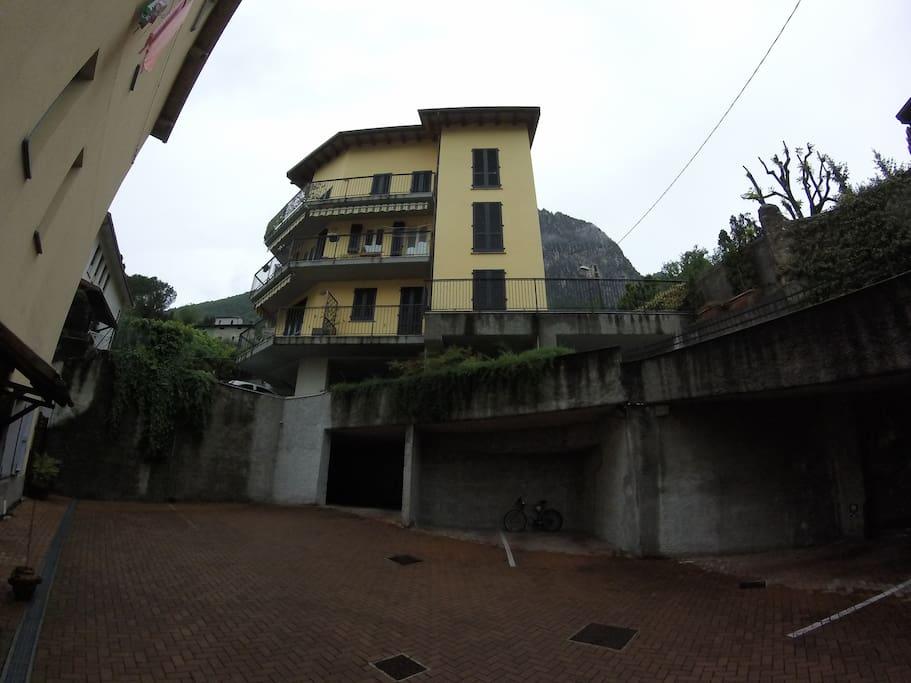 il piano inferiore della casa dove ci sono i garage e dal quale si può accedere