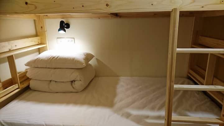台南民宿窩廟邊Temple Side獨立空間上下鋪。赤崁樓 ( bed 2)