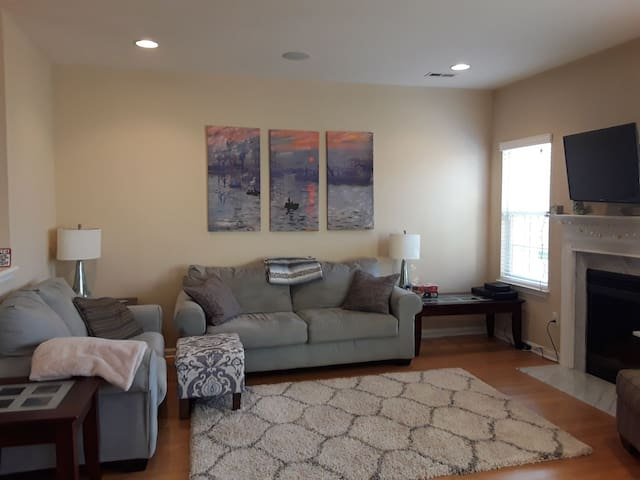 Stylish & Comfy Townhome Near The Beach & Outlets!