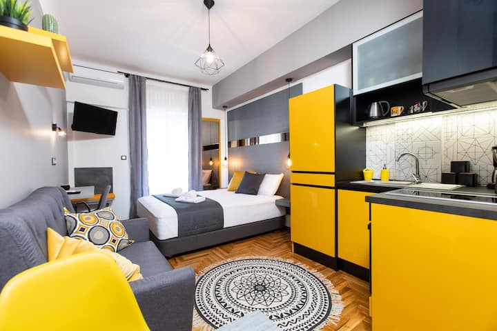 Downtown Luxury Boutique Suites : the yellow suite
