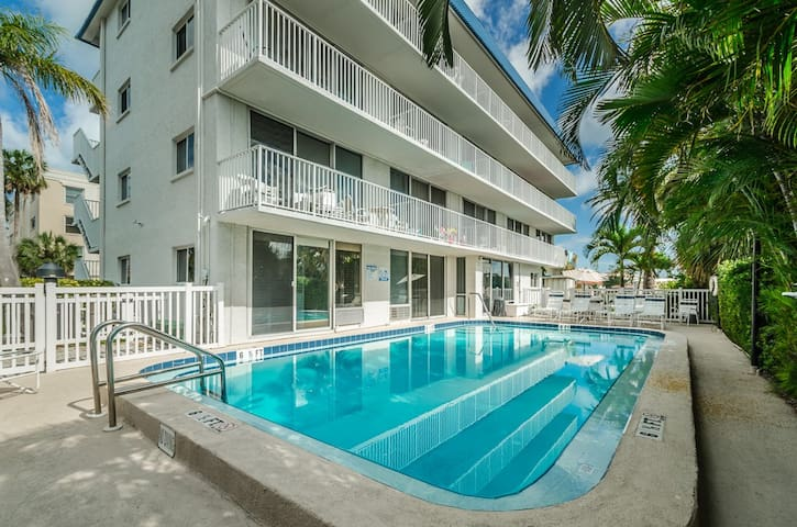 Waterfront Studio #22, Walk to Beaches, Pool, WiFi