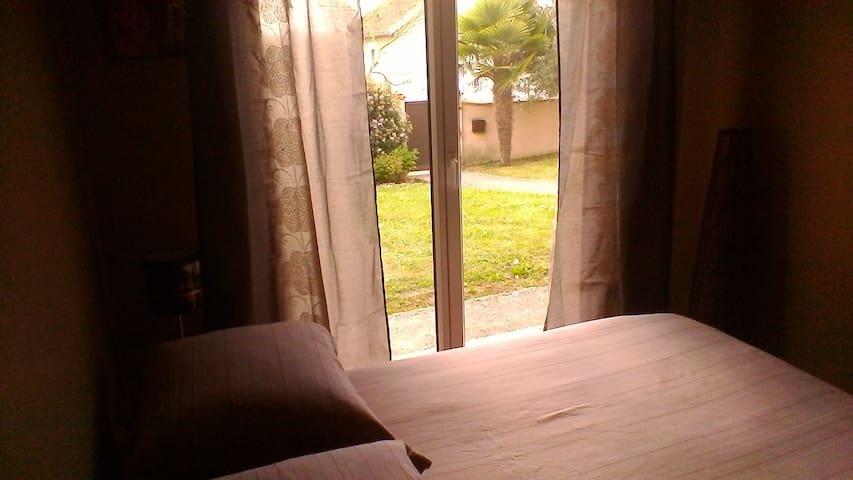 Votre chambre plein sud avec baie vitrée ouvrant sur le jardin