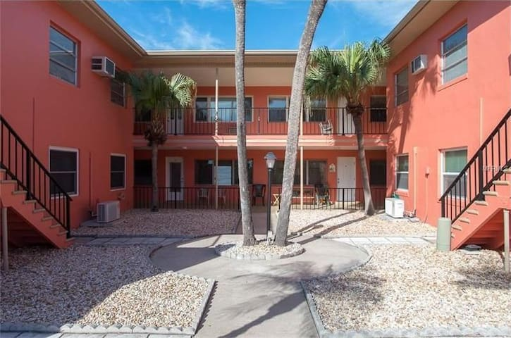 LOCATION LOCATION!! LOCATION!!STEPS FROM THE BEACH - Saint Pete Beach - Appartement