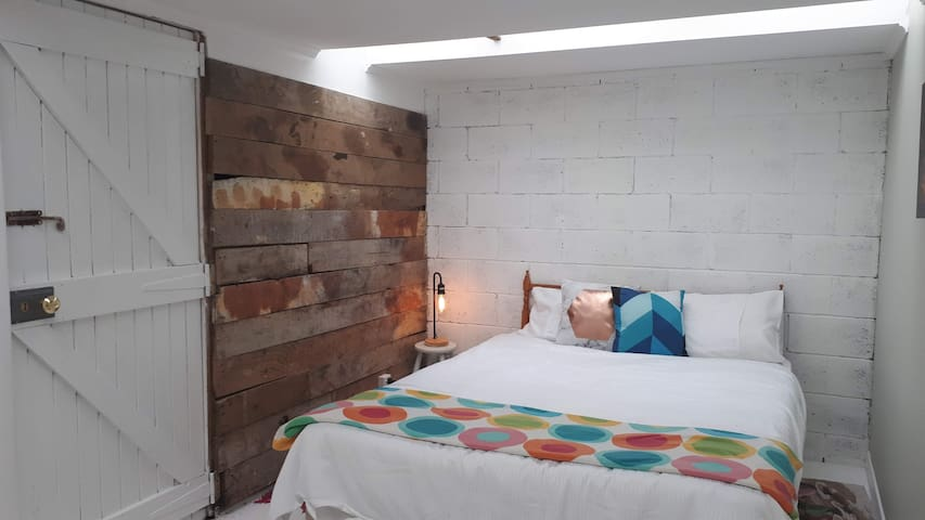 Cosy & Rustic stand alone room in a welcoming home