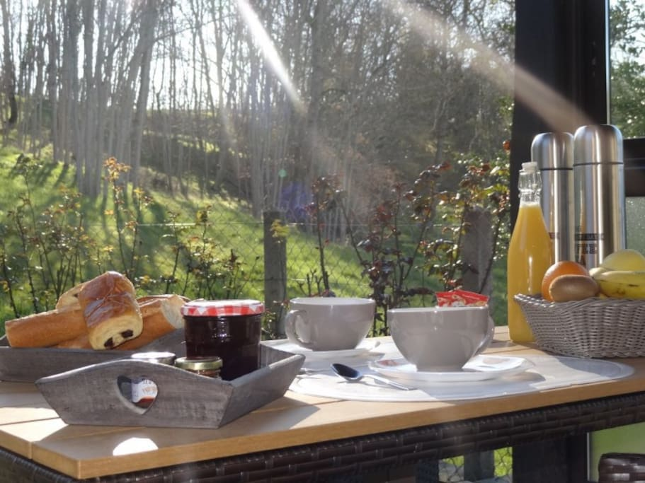 Petit déjeuner en terrasse.