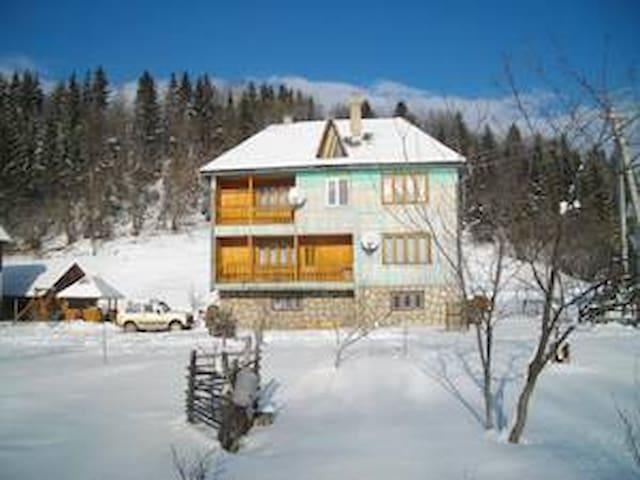 Дом біля гірської річки